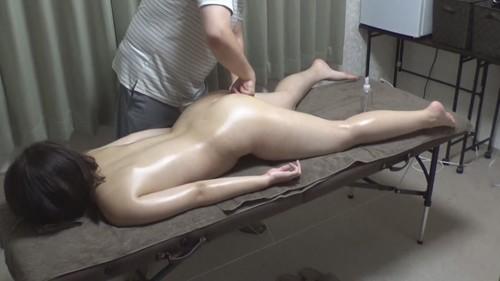 【オボワz☆ 投稿作品】マッサージ師のチンコを掴んで施術台から落下を阻止する美乳娘!それがSPマッサージの合図とも知らずに。