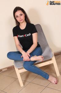 Ilaria-barefoot-in-jeans--j71cj7ob0u.jpg