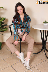 Ilaria-barefoot-brunette--z71cj74lvc.jpg