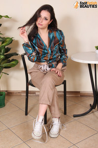 Ilaria-barefoot-brunette--471cj736kn.jpg