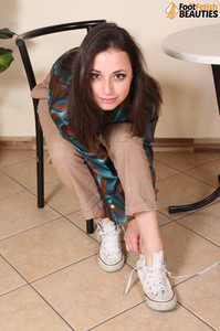 Ilaria-barefoot-brunette--h71cj72oad.jpg